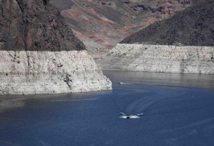 Low water levels of Lake Mead is seen near the Hoover Dam on the Nevada and Arizona border in this April 11, 2015, file photo.  REUTERS/Jim Urquhart/Files