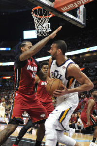Wade's late free throws lift Heat past Jazz, 102-100