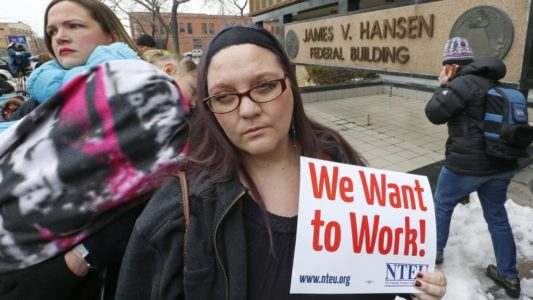 Federal workers seek loans, second jobs as shutdown lingers